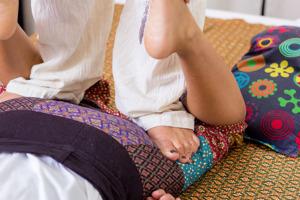Olika behandlingar inom thailändsk massage - Fotmassage - Thaimassage - Oljemassage - Örtmassage Göteborg. Thaimassage göteborg.
