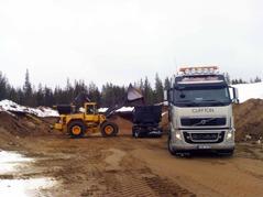 Transporter från grustäkt i Finland för leverans till Tapulivuomaa