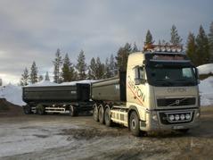 Transporter med lastbil och släp