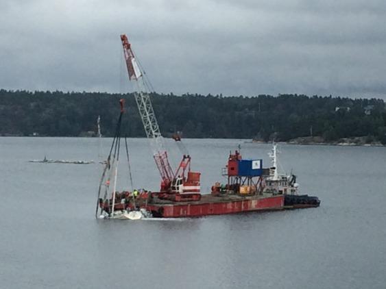 Här ses båten bärgas. Enligt expert på SXK hade troligen logg- och lodgivarna tryckts ur sina fästen av tryckvågen, vilket förklarar att båten sjönk snabbt och utan andra direkta skador.
