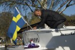 Tomas Bångstad sätter upp flaggan.
