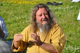 Känn naturens kraft i meditation, här prövar vi oss fram med ett grässtrå!