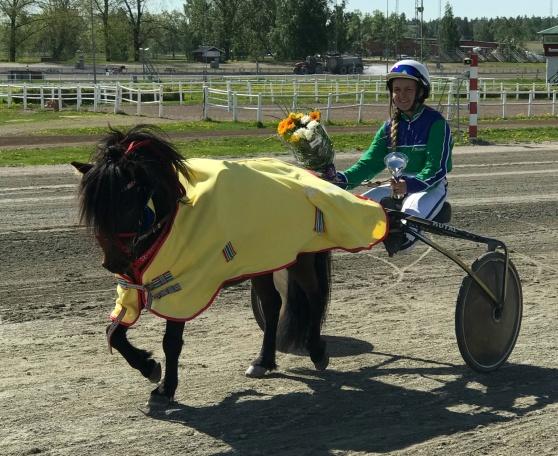 Månstorps Tuffing och Wendela vinner på Romme 20 maj 2018