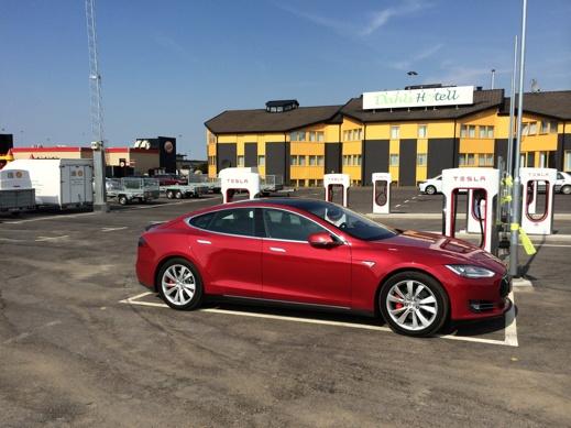 Tesla Model S Laddar på SC Löddeköpinge