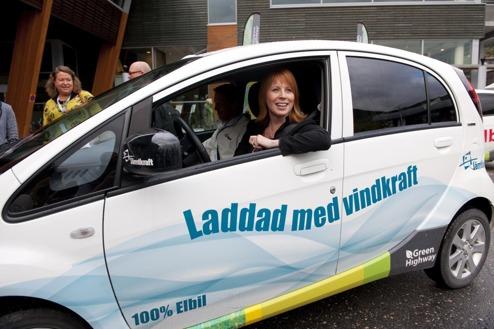 Annie Lööf testar att köra elbil