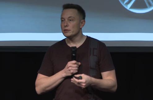 Elon Musk berättar att han har roligt på jobbet.
