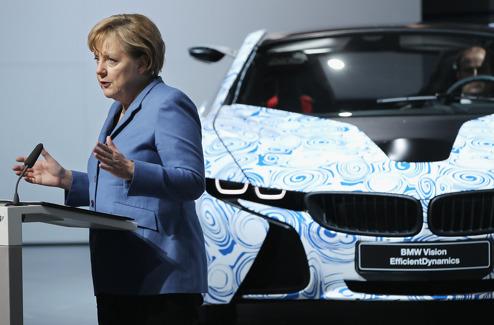 Angela Merkel med laddhybriden BMW i8