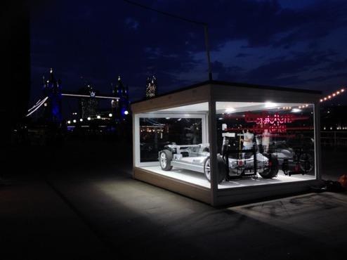"""Tesla Model S """"Skateboard-konstruktion"""" marknadsförs nu i London."""