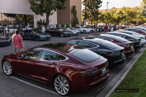 Parkeringen utanför Teslive (Foto: Tesla Motors Club)