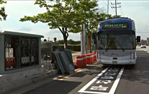 Markeringar på vägen visar var bussen kan ladda