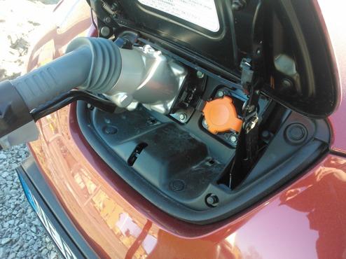 Nissan LEAF laddas med CHAdeMO