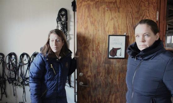 Catarina Hagstrand och Anna Lenfeldt menar att Lomma ridklubbs lokaler behöver rustas upp rejält. Och innan man får besked från kommunen så kan inget göras. Bild: Johanna M Karlsson