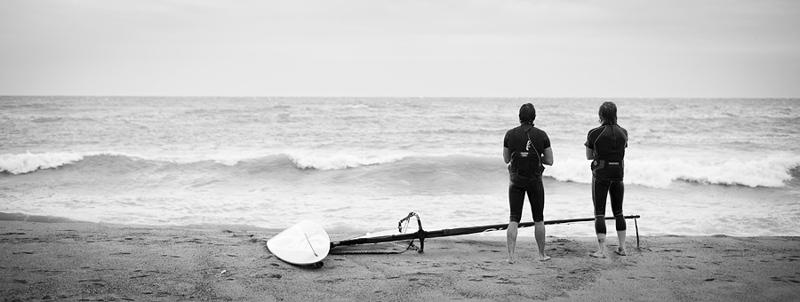 Brädan är riggad för ännu ett vågspel vid Barcelonas stränder. Det är fjärde dagen i rad som Antonio och Lois surfar längs Kataloniens stränder. De är båda födda och uppvuxna i Barcelona och njuter av den förlängda helgen med Nationaldag och klämdag. Idag har turen hamnat på stranden Barceloneta.