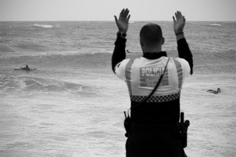Vinden och vågorna skruvades upp rejält sent på eftermiddagen och polisen försökte febrilt kalla in alla surfare till stranden.
