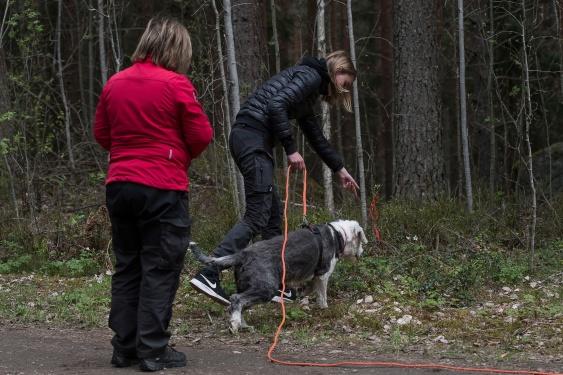 Instruktören Åsa Bagge är med när Ida Överbring skickar ut Malte på spår. Foto:  Inger Bergström