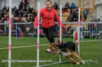 Emelie Krondahl från Knivsta BK håller i hinderteknikkursen.