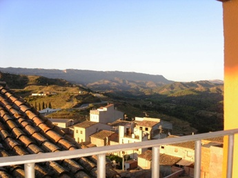Utsikt från byn Gratallops i Priorat, med Montsantbergen i fonden
