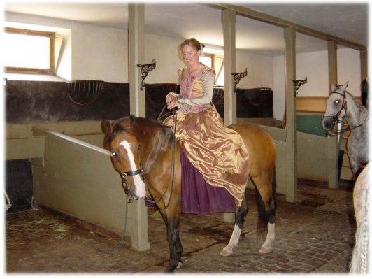 Karamelle och Birgitta i stallet vid förberedelse