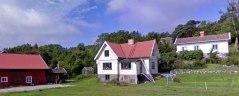 I huset till höger, i Djupvik på Tjörn, bodde jag det tre första åren av mitt liv.