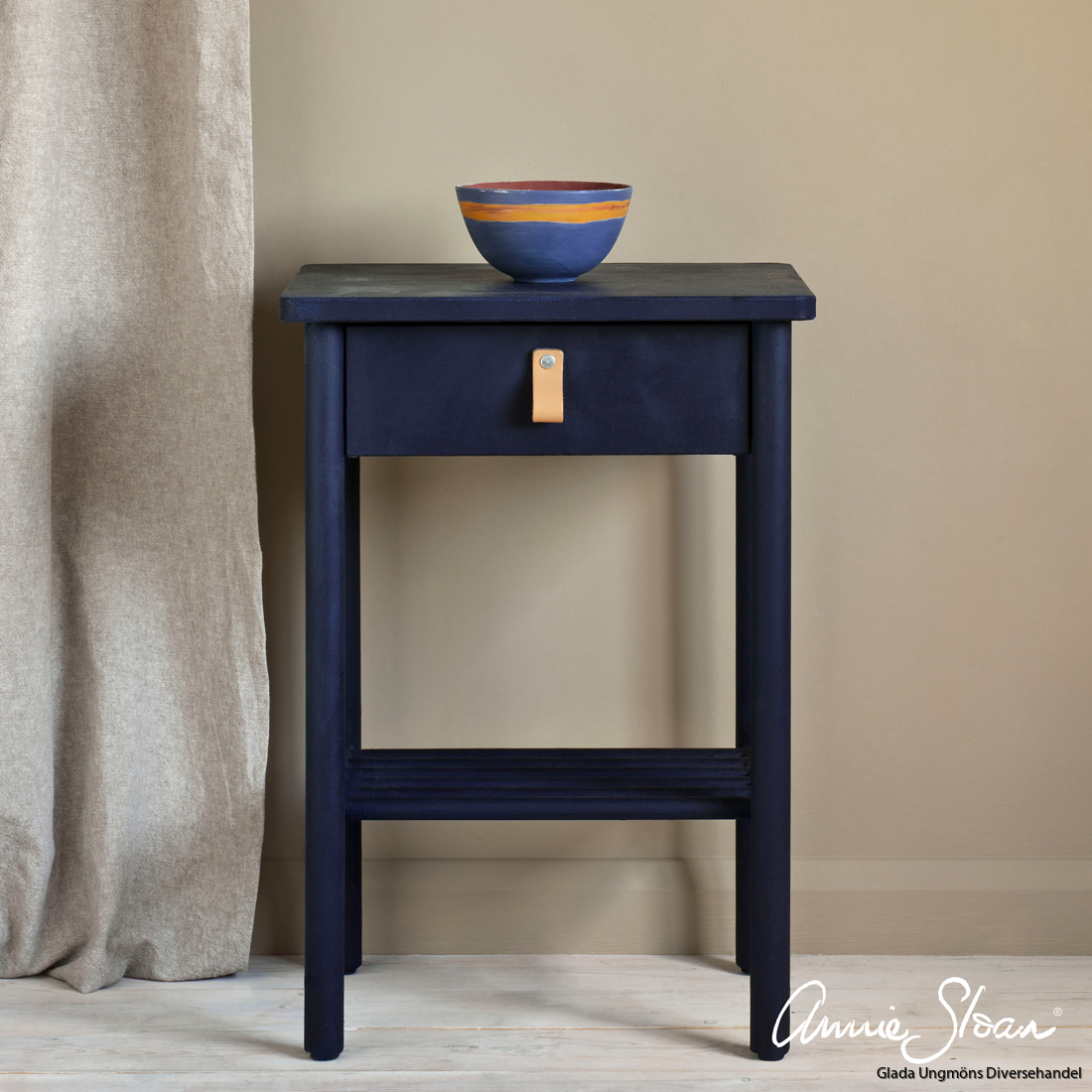 Oxford-Navy-side-table,-curtain-in-Linen-Union-in-Old-White-+-French-Linen,-lamp-base-in-Old-Violet,-lampshade-in-Ticking-in-Old-Violet-image-2