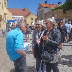 Lars i samspråk med besökare