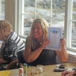 Yvonne från Helsingborg visar stolt upp sitt kursintyg