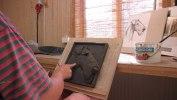 Efter noggranna studier med hjälp av fotografier och egna teckningar börjar arbetet med leran