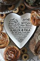 Maja, Hjärtfat Kärlek och fika (Vit med svart text)