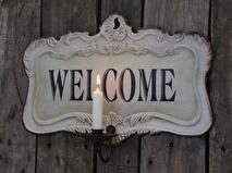 Välkommen-skylt med ljushållare