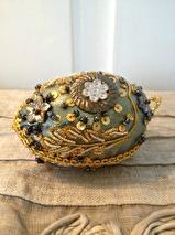 Dekorations ägg i blått/guld textil med pärlor