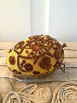 Dekorations ägg i guld textil med pärlor