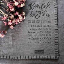 Maja, Kärlek & Fika bordstablett (mörkgrå) - Förhandsbeställning