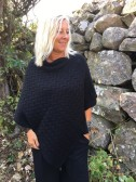 Mix by Heart - Stickad poncho, svart ELSA