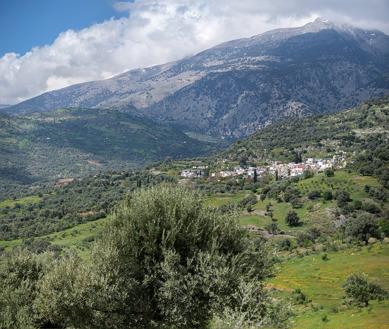 Dagens slutmål, byn Grigoria ligger vackert på sluttningarna nedanför berget Ida.