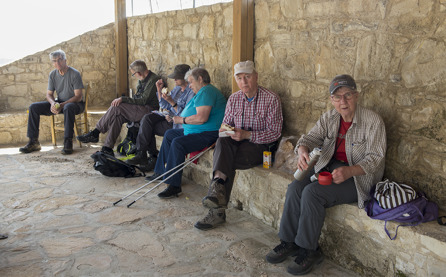 Kyrklig eller inte, de små kapellen som finns utefter vägarna bjuder ofta på bra sittplatser för en lunch-rast
