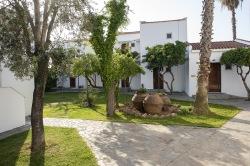 Hotel Malemi. Många av rummen ligger i separata byggnader. Välordnad och snyggt.