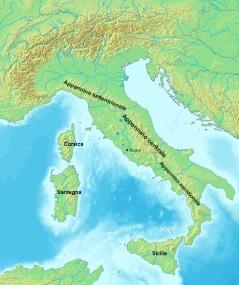 """Italiens bergskedjor. Förrutom Alperna i norr syns Apeninnerna som sträcker sig ner genom hela Italien ända fram till """"tån"""" och över till Sicilien."""