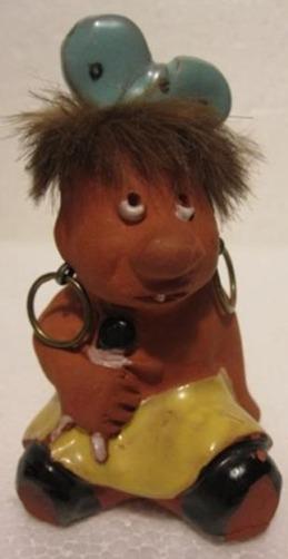 H8, liten trollflicka med docka i famnen