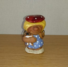 67, Trollflicka med docka i famnen