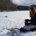 Thea koncentrerad på fisket