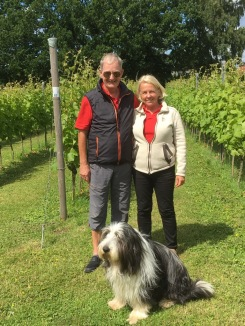 Brita och Anders med vingårdshunden Svante