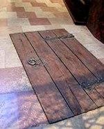 I mörkret här nere under domkyrkans golv finns Frisenheims kista tillsammans med över 4 000 andra.