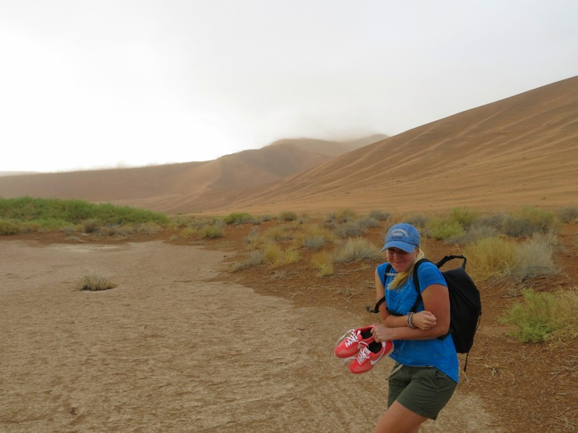 Framme vid deadvlei och förbereder oss på att klättra den högsta sandynan när ett oväder drar in!