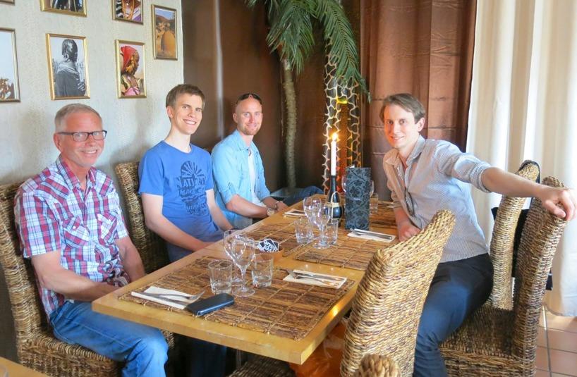 """Sen skämde pappa Lars bort oss alla fyra genom att bjuda oss alla på middag! Med """"alla"""" menar vi Rasmus två bröder :)"""