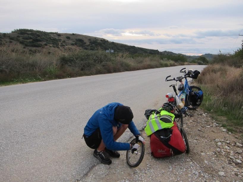Vi har en viss tradition att vakna med punktering efter att vi tagit os ut på vägen igen efter frukost vid tältet! Längtar efter däckena vi beställt från Lilian på Perfect cykel!