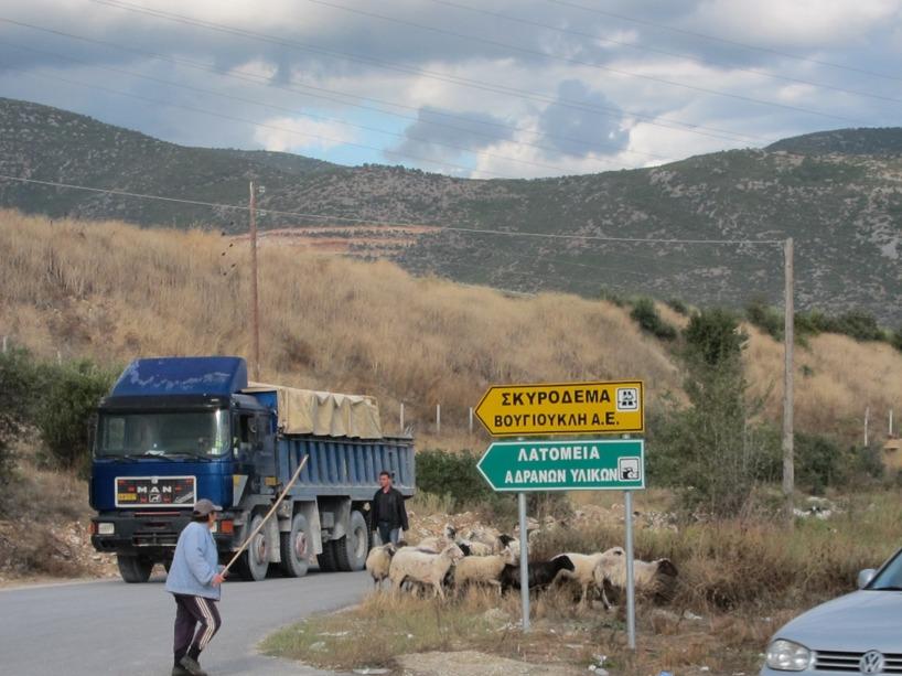 Lastbilar och fåraherdar kan faktiskt fångas på samma lins! En bred kontrast!