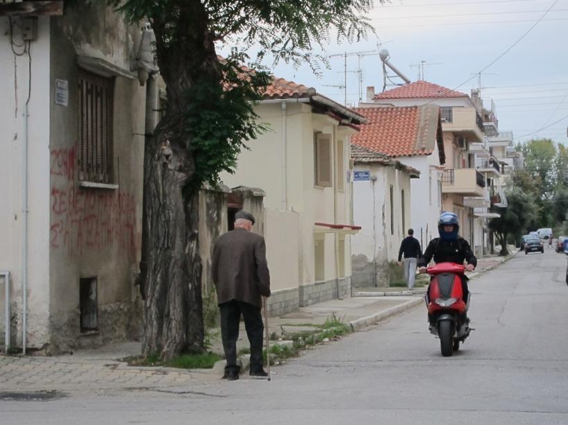 Detta tycker vi är typsikt Grekland! Ungdomarna följer med utvecklingen och de äldre har det lika bra som förr =)