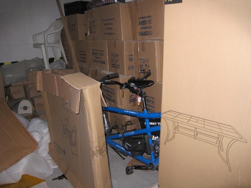 Efter vi flyttat på några kartonger, hittade vi cykeln....