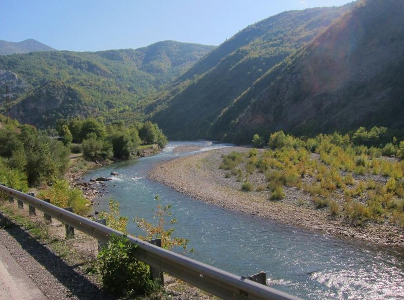 Vi följde en flodfåra upp emot gränsen till Makedonien...