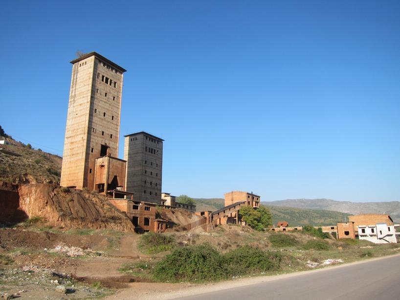 Mycket gamla fabriker kantade vägarna innan staden Elbasan